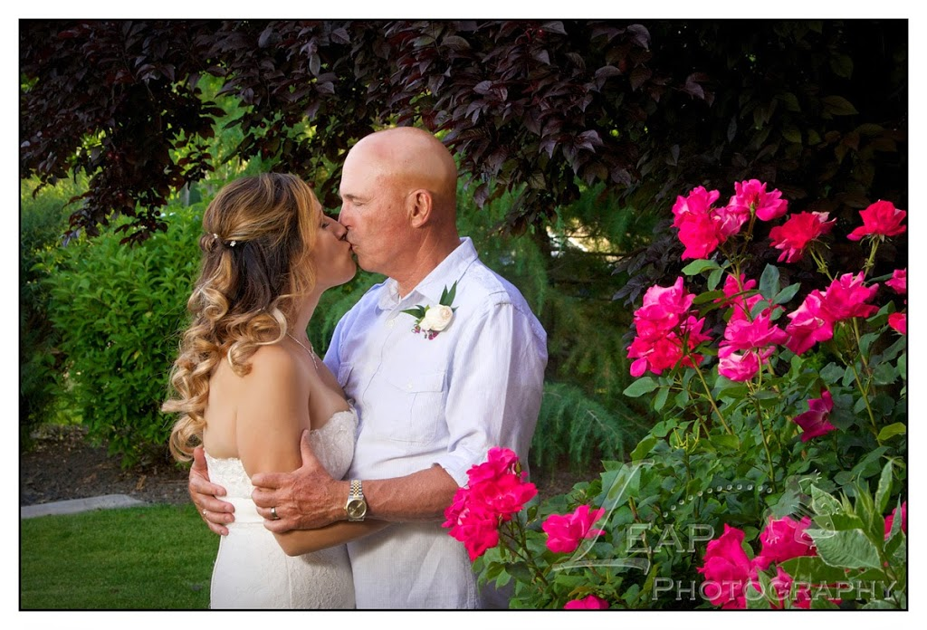 Boise couple kissing on their wedding day