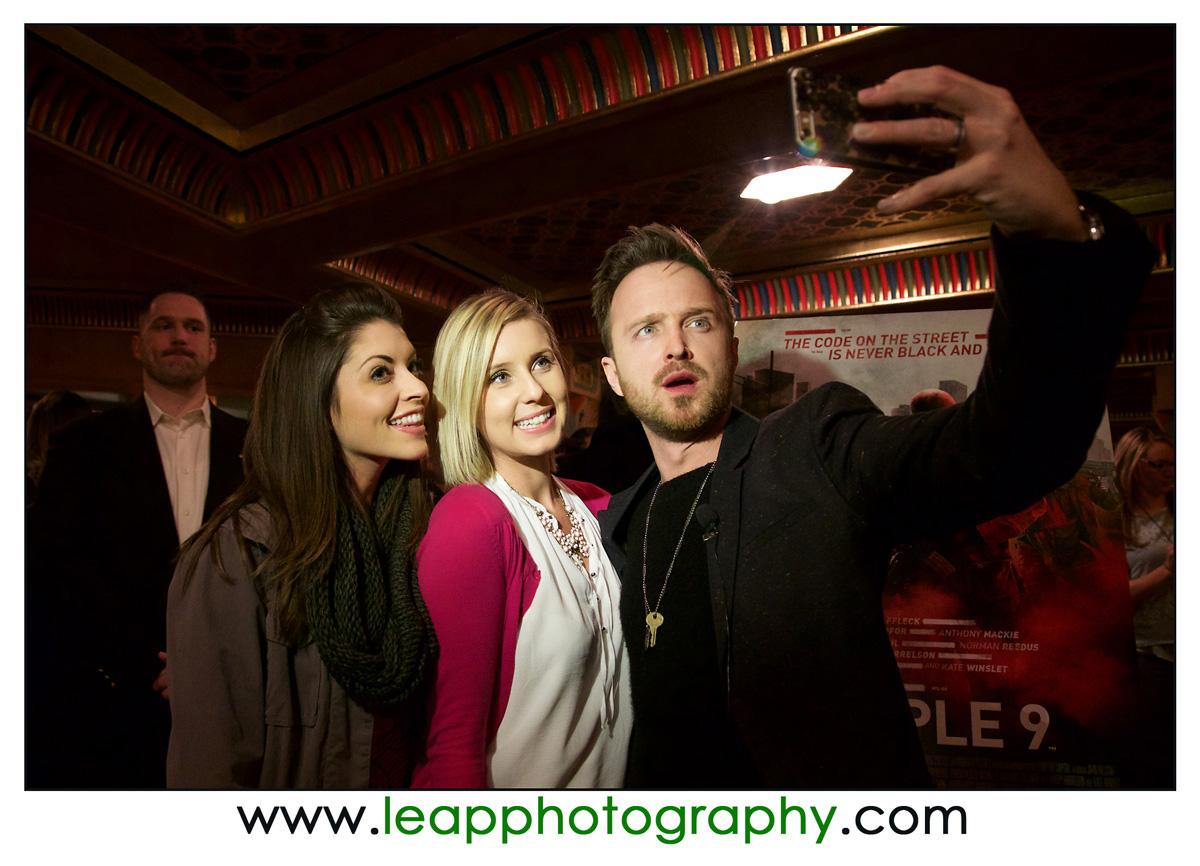 Aaron Paul takes selfie with 2 women in Boise, Idaho