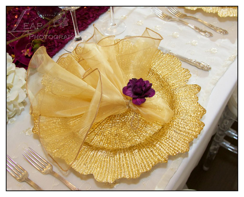 gold charger plate with gold napkin
